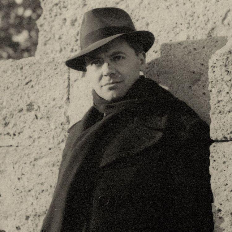 Marcel Bernard (1902 - 1991). Jean Moulin aux Arceaux près de la promenade du Peyrou à Montpellier. Photographie, Février 1940. © Legs. Antoinette Sasse, Musée du Général Leclerc/Musée Jean Moulin