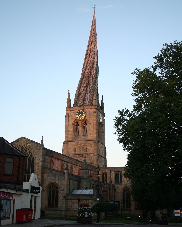 Tutaj nawet z zewnątrz widać, że coś jest nie tak. (Church of St Mary and All Saints, Chesterfield)