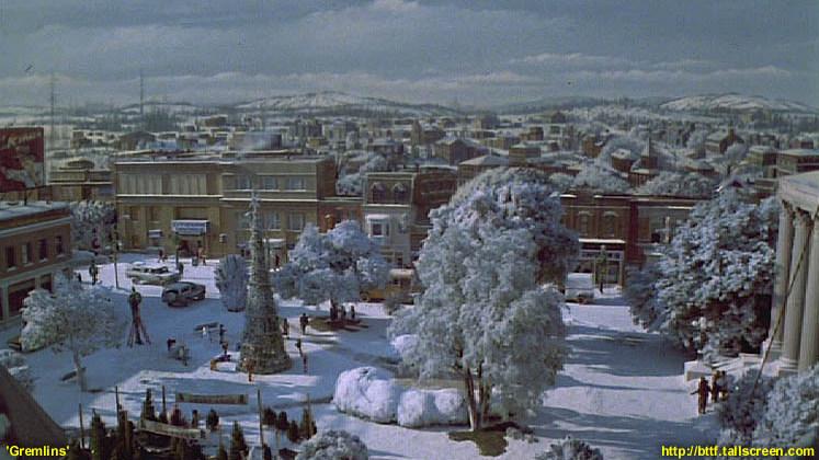 """Rok 1984 i """"Gremliny"""" - widok na cały plac zimową porą. Po prawej budynek sądu"""