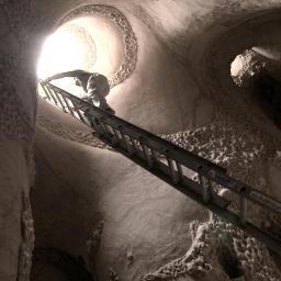 10 lat kuł i rzeźbił jaskinię na pustyni. Efekt jego pracy powala