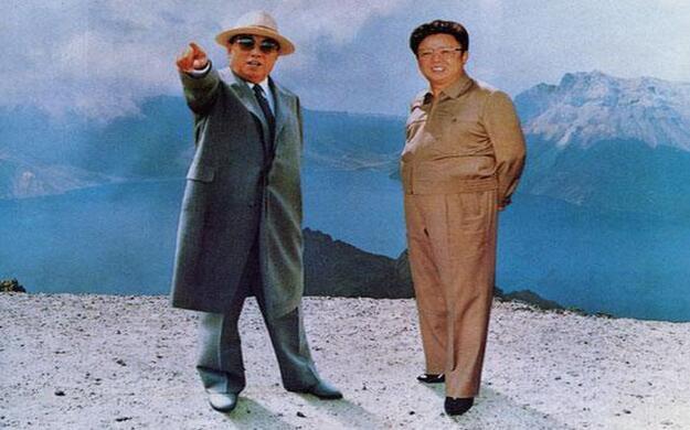 Kim Dzong Il i Kim Ir Sen na zdjęciu z 1995 roku. Chociaż w tym wypadku, lepszym słowem byłby kolaż