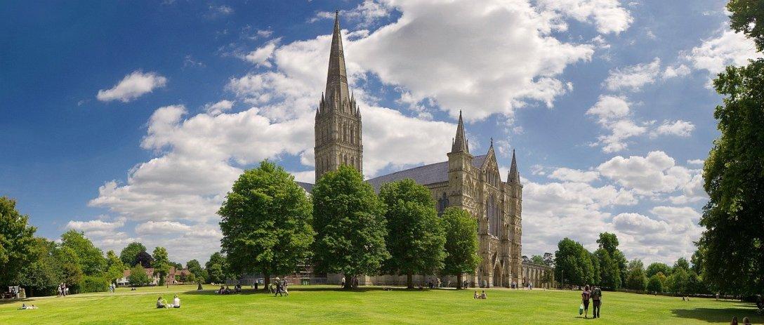 Katedra Salisbury, budowana w XIII wieku, ukończona w XIV wieku.