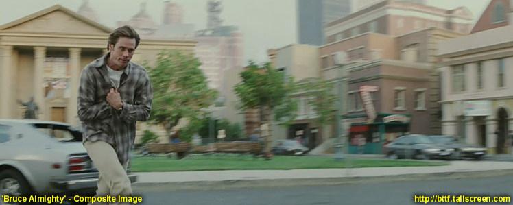 """""""Bruce Wszechmogący"""" biegnie przez plac przed gmachem sądu (bez zegara!)"""