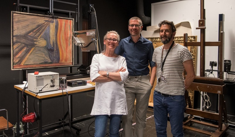 Teraz już wiemy, czemu nie potrafiła zachować powagi na tym zdjęciu. Od lewej: Tine Frøysaker, Dr. Geert Van der Snickt oraz Thierry Ford. (fot. Uniwersytet w Antwerpii)