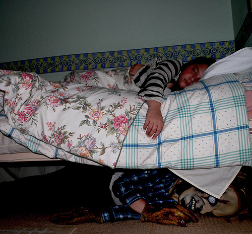 """Kiedy układałem go do snu, powiedział """"Tatusiu, sprawdź czy pod łóżkiem nie ma potworów"""". Rozbawiony zajrzałem tam i wtedy go zobaczyłem - to był mój syn, który drżąc wyszeptał do mnie jedno zdanie: """"Tatusiu, ktoś leży w moim łóżku""""."""