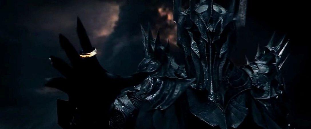 Na zdjęciu Sauron z Pierścieniem, jeszcze w starciu z Isildurem. Wg mitologii Śródziemia, Sauron mógł materializować się jedynie wtedy, gdy w jego posiadaniu był Pierścień. Także pojawienie się Władcy Ciemności na polach Pelennoru oznaczałoby ni mniej ni więcej albo błąd reżysera, albo śmierć Froda. Wybierajcie.