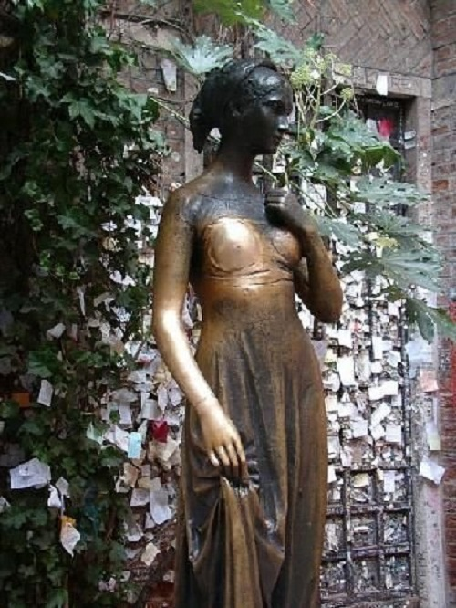 Pomnik ku czci Julii w Weronie. To z czym Wam się kojarzy miłość?