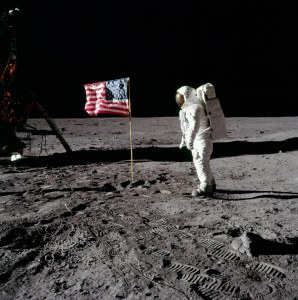Jakim cudem bohaterom udało się w ciągu 66 lat od zbudowania pierwszego samolotu wylądować na Księżycu? Twórcy za bardzo popuścili wodze fantazji.