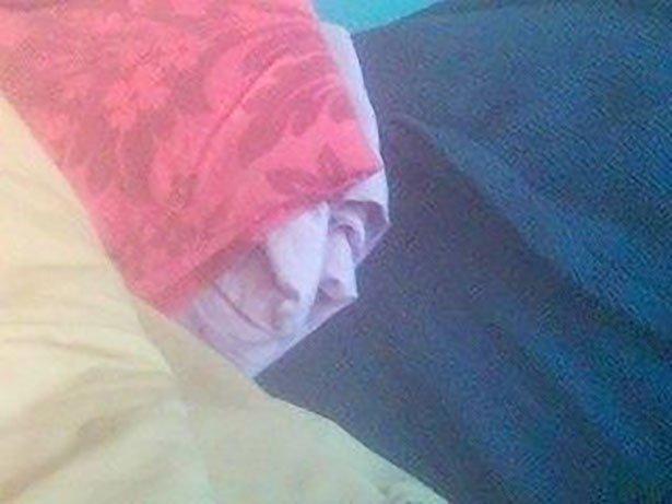 Patrick Stewart pod poduszką.