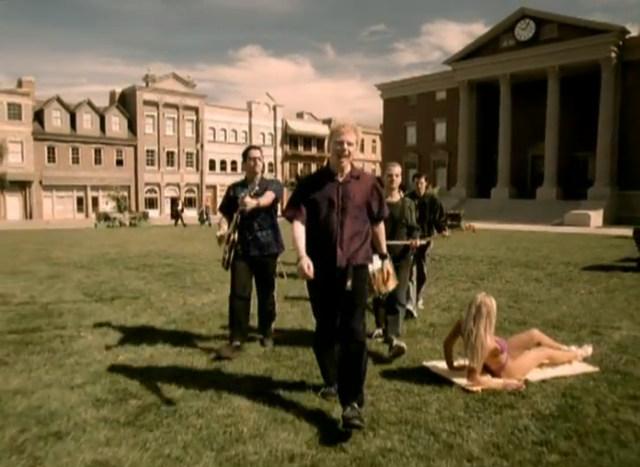 """W 2001 roku przed gmachem sądu teledysk """"Why Don't You Got a Job"""" kręcił zespół The Offspring. Jak widać wskazówka zegara wciąż wskazuje godzinę uderzenia pioruna."""