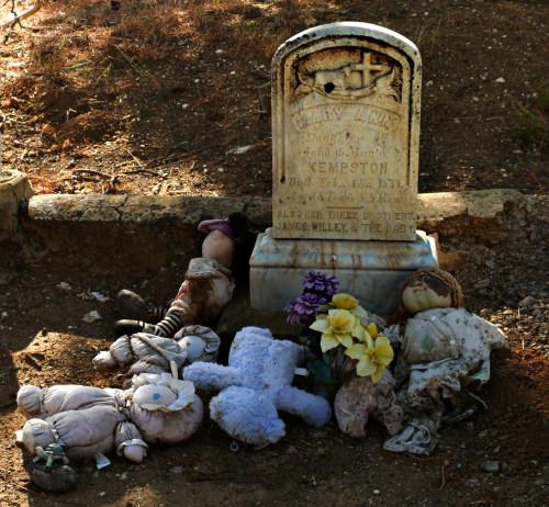 Moja córka nie przestaje płakać i krzyczeć w środku nocy. Codziennie odwiedzam jej grób i proszę, żeby przestała, ale to nie pomaga. [link do oryginału]