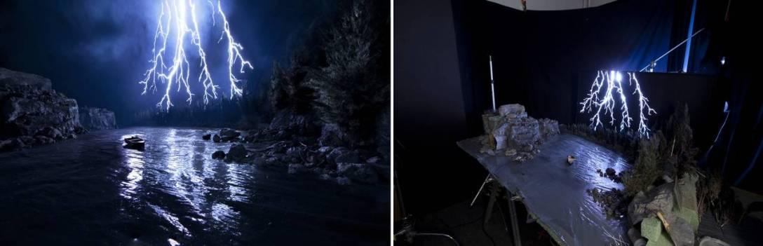 Wydrapana w pomalowanym na czarno pleksiglasie błyskawica, podświetlona żarówką od tyłu.
