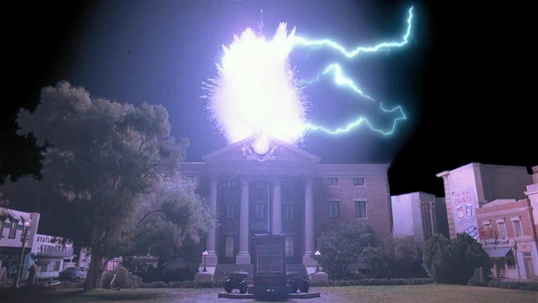 """Końcówka pierwszej części """"Powrotu do przyszłości"""". Jest 22:04 - w zegar uderza piorun, a Marty McFly wraca do przyszłości."""
