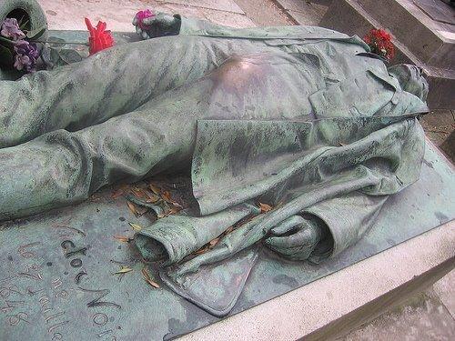 Paryski cmentarz Pere Lachaise i pamiątka po Victorze Noir. Ponoć kobiety całujące pomnik w usta i dotykające zgrubienia w rejonie krocza będą bardziej płodne. Ponoć.