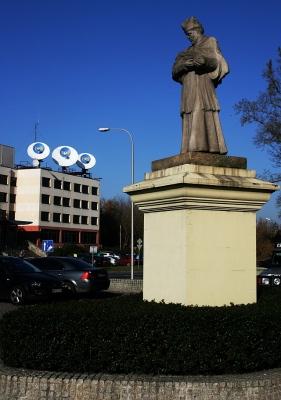 Pomnik św. Jana Nepomucena przy ul. Wiertniczej, czyli ksiądz rzeczony, odkupiciel