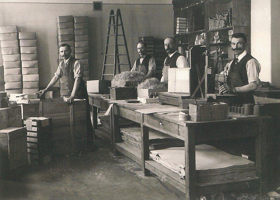 Czekało go sporo pracy, nie ukrywajmy. (na zdj. pracownicy wytwórni ołówków Schwan-Stabilo pod koniec lat 30.)