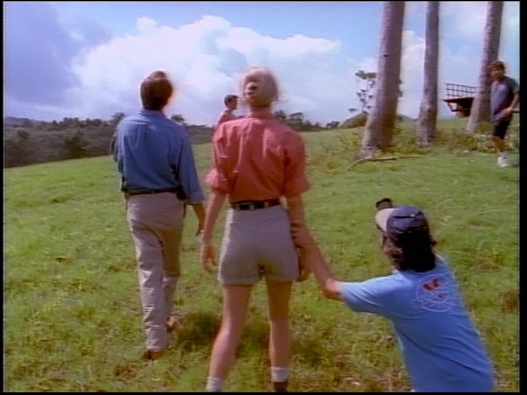 Spielberg (po prawej) z wizjerem w ręku szuka odpowiedniego ujęcia nieistniejącego dinozaura