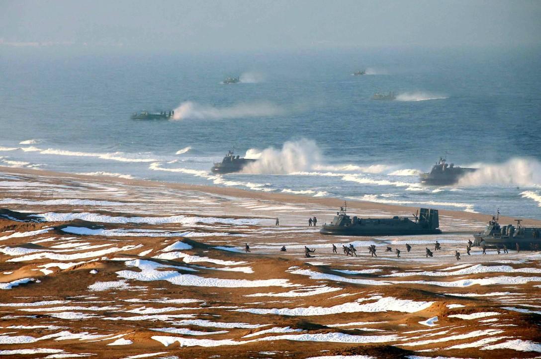 Zdjęcie tego samego desantu - na powiększeniu można zobaczyć, że wojenna maszyneria została sklonowana, fale morza wzburzone i strzelająca spod kadłubów woda dodana za pomocą programu graficznego