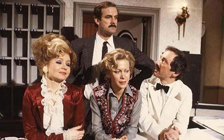 """Cleese i reszta pracowników """"Hotelu Zacisze"""""""