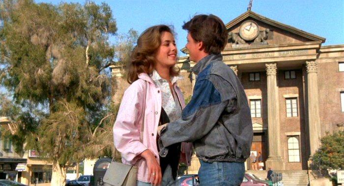 Marty spotyka Jennifer. W filmie jest rok 1985. W rzeczywistości też. Gmach sądu po raz pierwszy z nadbudówką z uszkodzonym zegarem, który wskazuje godzinę 10:04.