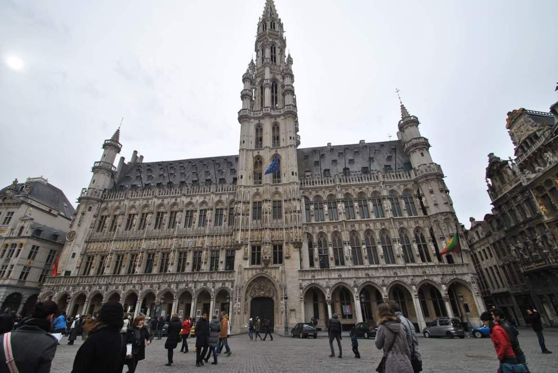 Wieża na Wielkim Placu w Brukseli tylko na pierwszy rzut oka wygląda symetrycznie. Wystarczy spojrzyć jak pięknie wkomponowano w nią bramę. (nadesłał Gepard Chester)