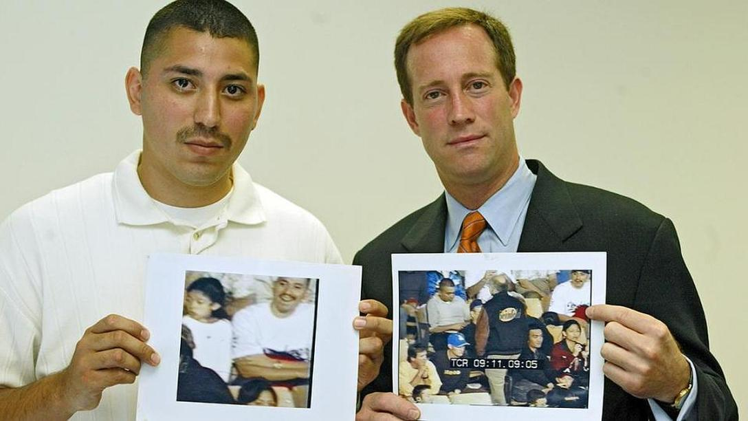 Pamiątkowe zdjęcie z adwokatem oraz kadrami dającymi alibi.