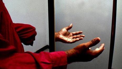 Po amputowaniu ręki, lekarze powiedzieli pacjentowi, że od czasu do czasu może odczuwać złudzenie kończyny fantomowej. Nie przygotowali go jednak na moment, gdy oprócz uciętej ręki będzie też czuł inną - zimną i głaszczącą ją od czasu do czasu. [link do oryginału]