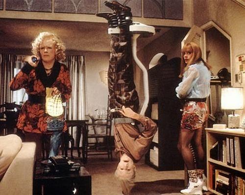 Dodatkowym utrudnieniem było też celowe odwrócenie bohatera do górny nogami. Ciekawszą sprawą jest natomiast córka Marty'ego, którą też zagrał Michael J. Fox (na zdjęciu z prawej).