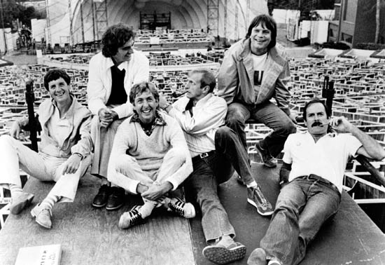 Od lewej do prawej: Michael Palin, Terry Jones, Eric Idle, Graham Chapman, Terry Gilliam i John Cleese