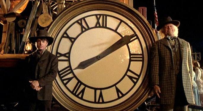 """""""Powrót do przyszłości III"""" (1990 rok). Bohaterowie pozują do zdjęcia na tle tarczy zegara, który dopiero ma trafić na szczyt gmachu sądu."""