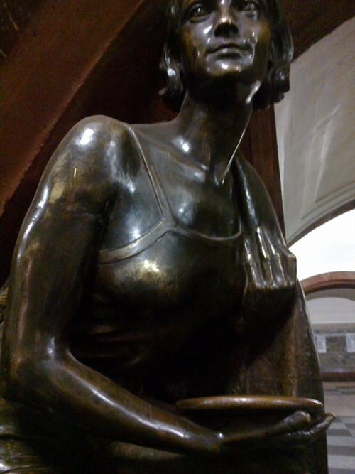 Słynna stacja moskiewskiego metra Płoszczad' Rewolucii. Znajduje się tam 76 rzeźb z brązu Matwieja Manizera.