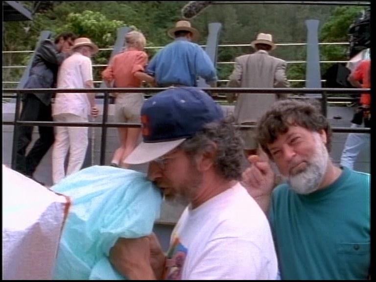 Steven Spielberg sam tworzy odgłosy na potrzeby ujęcia,  aby ułatwić aktorom odpowiednią reakcję na wyimaginowaną akcję