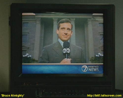 """Evan z filmu """"Bruce Wszechmogący"""" (2003) prowadzi program na żywo sprzed gmachu sądu"""