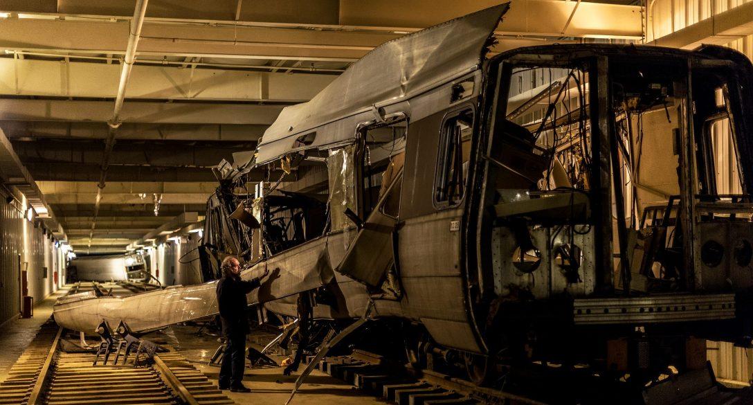 Zniszczony pociąg to akuratnie zły przykład. A przynajmniej takim się wydaje bez kontekstu opisanego niżej w tekście.