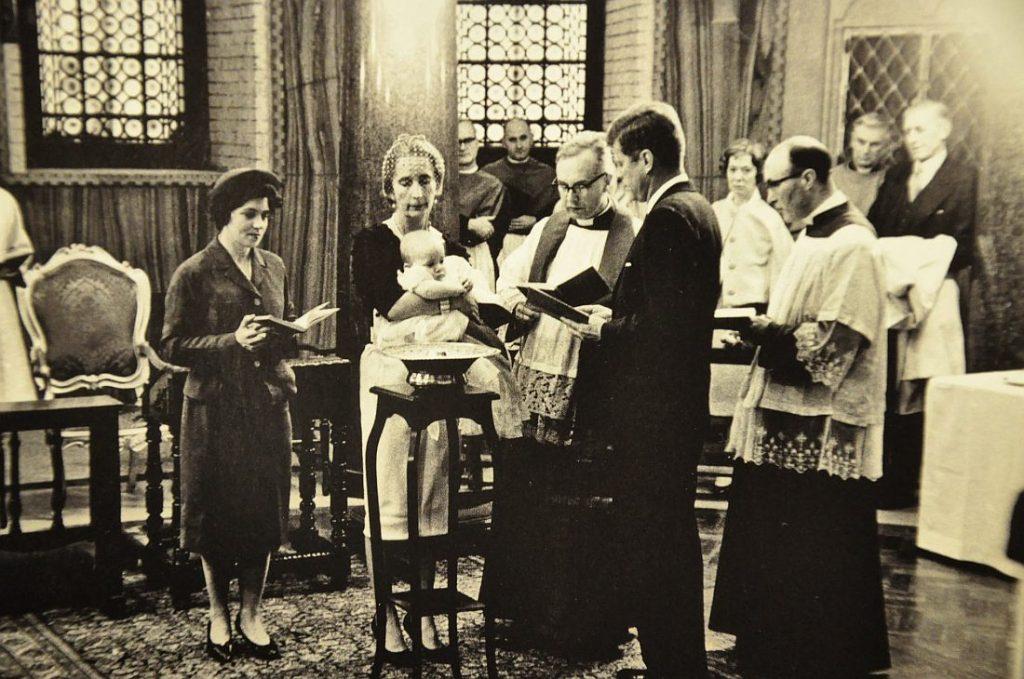 Kennedy też był ojcem chrzestnym. Tu podczas chrzcin Anny Christiny Radziwiłł.