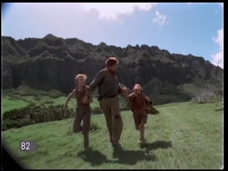 Filmowani z przyczepy biegnący aktorzy